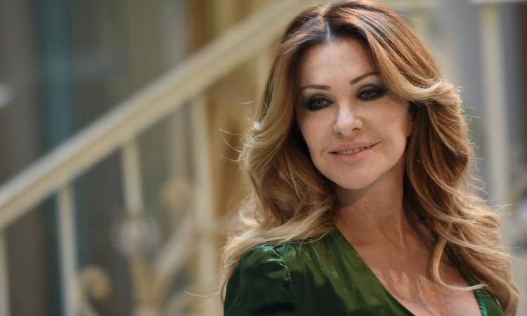 Paola Ferrari in posa con un abito verde scuro