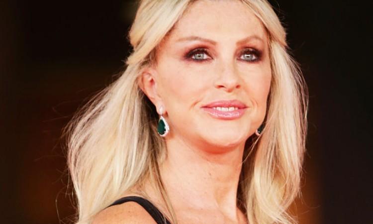 Paola Ferrari in posa sorridente