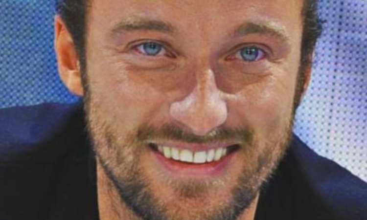 Francesco primo piano occhi blu