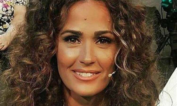 Samantha sorride